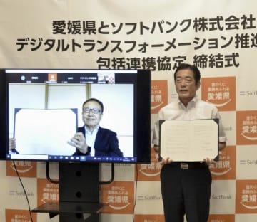 県とDX推進に関する包括連携協定を結んだソフトバンクの宮内謙会長(左)と中村時広知事=14日午後、県庁