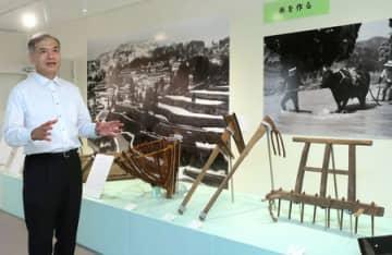「甦る山古志の民具」展を説明する飯島康夫准教授=新潟市中央区