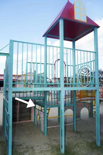岡山市の「第二さくら保育園」の遊具。矢印の部分に男児の首が挟まった=14日午後2時49分