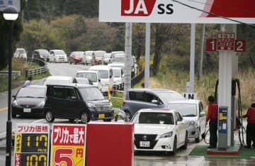 2016年4月、熊本地震の影響で給油のためガソリンスタンドに並ぶ車=熊本県阿蘇市