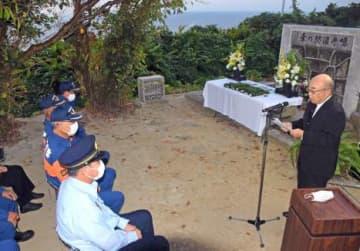 慰霊碑の前で追悼の言葉を述べる遺族=14日、南さつま市笠沙町片浦