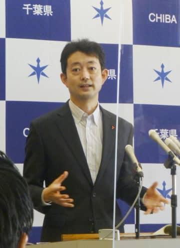 定例記者会見で「Go To イート」の一部再開を発表した千葉県の熊谷俊人知事=14日午前、千葉県庁