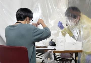 新型コロナウイルスの行動制限緩和に向けたプロ野球巨人―阪神戦での実証実験で、抗原検査を受ける来場者=14日午後、東京ドーム