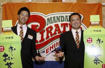 本塁打王をそろって獲得した愛媛MPの安西(左)と高尾=14日、松山市