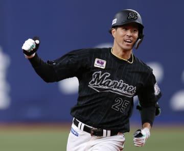 6回、本塁打を放ちガッツポーズするロッテ・岡=京セラドーム