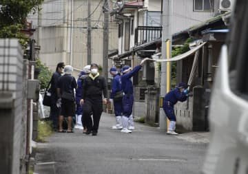 死亡した岩田さん一家の自宅を調べる捜査員=14日午前9時35分ごろ、新居浜市垣生2丁目
