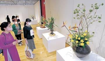8流派の生け花を楽しむ来場者=北國新聞交流ホール