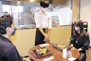 来店客に日本料理懐石の料理を説明する学生=富山市総曲輪4丁目の「レストラン・アオイケ」