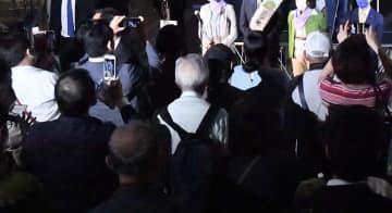 立候補予定者の訴えに耳を傾ける有権者=14日、JR桜木町駅前