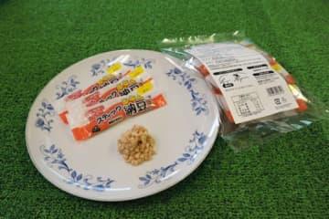 丸美屋が今月から発売した「スティック納豆」。味付けされており、開封してすぐに食べられる