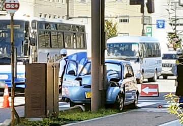 信号柱に衝突した軽乗用車=10月14日、福井県福井市宝永4丁目