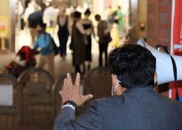 衆院解散後、地元に帰って有権者にアピールする前職の立候補予定者=14日午後、神戸市兵庫区駅南通5(撮影・吉田敦史)