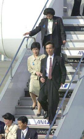 北朝鮮から帰国し、タラップを降りる拉致被害者。中央が蓮池薫さんと妻祐木子さん。後ろが曽我ひとみさん=2002年10月15日、東京・羽田空港