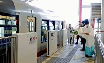 ゆいレールの3両化に向け、ホームドア増設工事の安全を祈願する関係者ら=14日、浦添市・てだこ浦西駅