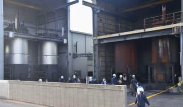焼却炉を実況見分する捜査員や消防隊員ら=14日午後、糸満市西崎町