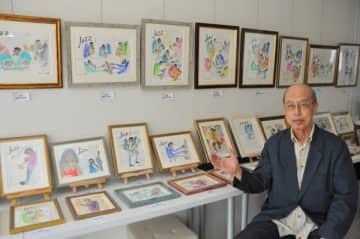 【作品を紹介する木村さん=四日市市栄町のフランス菓子と小さなギャラリー「クロード・リュッツ」で】