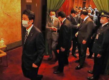 衆院解散後、一斉に議場を後にする国会議員(14日午後、国会内)