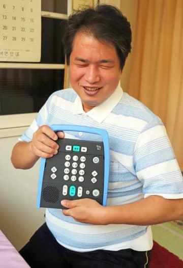 朗読図書を編集したり、聴いたりする機器を説明する牟田口さん=佐世保市内