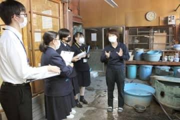 新聞作りのため、玉川堂を取材する生徒たち=14日、燕市