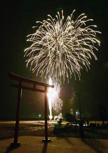 サプライズで打ち上がった花火=太良町栄町の海中鳥居