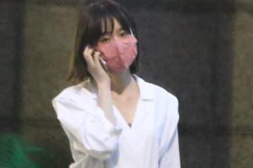 6月上旬、所属事務所での内勤が終わり電話しながら帰る唐田