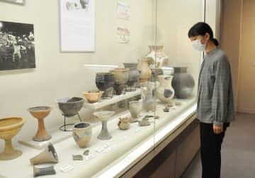 渡来人との文化交流がうかがえる土器などが並ぶ=小城市立歴史資料館