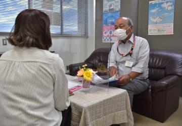 結婚相談センター「YOU愛ネット」で、親身になって相談を受ける相談員(右)=常陸太田市金井町