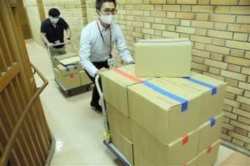 衆院選の投票用紙を運び出す市区町村選管の担当者=15日、県庁