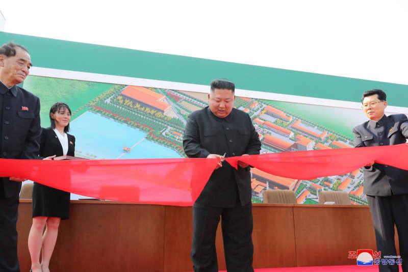 Ông Kim Jong-un (giữa) cắt băng khánh thánh nhà máy phân bón Sunchon hôm 1/5. (Ảnh qua KCNA)