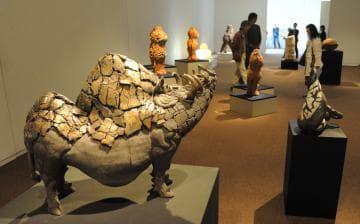 個性豊かなオブジェが並ぶ笠間陶芸大学校の卒業制作展=笠間市笠間の県陶芸美術館