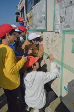 思い思いに絵を描く児童ら=常陸太田市上河合町の市立幸久小