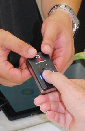 リキッドの指紋決済サービス=2016年7月、神奈川県湯河原町