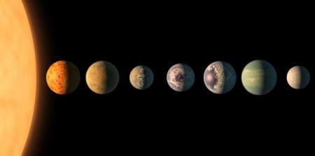 見つかった7個の惑星の大きさの比較と、地表の色の想像図。左端は赤色矮星「TRAPPIST1」(NASA提供・共同)