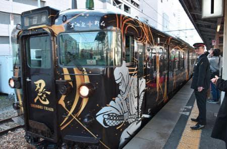 JR草津線で運行が始まったラッピング列車「SHINOBI―TRAIN」=25日午前、滋賀・JR草津駅