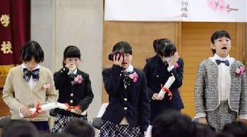 乙女小の卒業式で泣きながら合唱する卒業生たち=23日、甲佐町