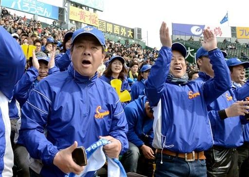 初戦突破が決まった瞬間、歓声を上げるアルプス席の秀岳館応援団=23日、甲子園