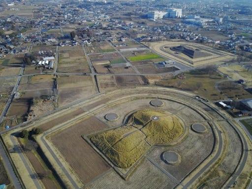 二子山古墳(手前)など3基が近接して築かれた保渡田古墳群=高崎市