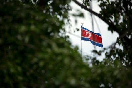 北京の北朝鮮大使館に掲げられた国旗=20日(AP=共同)