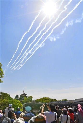 熊本城の上空をテスト飛行するブルーインパルス=22日午前11時15分ごろ、熊本市(高見伸)