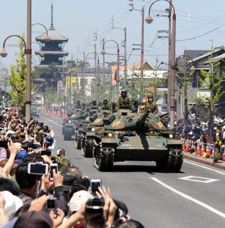 香川県善通寺市の駐屯地前をパレードする陸上自衛隊第14旅団の戦車=23日