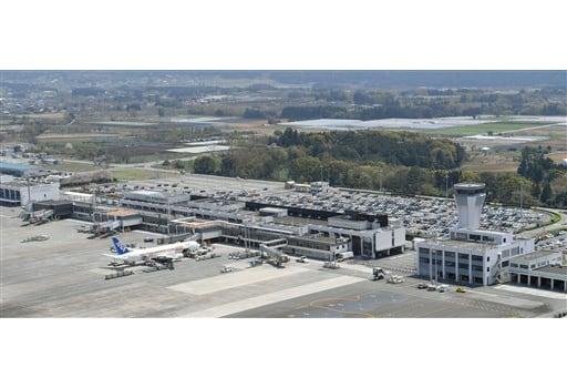 民間委託に向けた国の手続きが本格化する熊本空港=4月13日、益城町