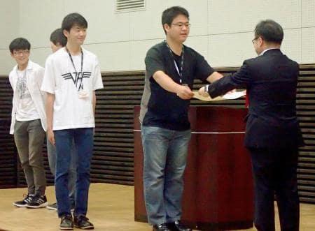 世耕経産相(右端)から表彰を受ける木更津高専チーム=27日午前、和歌山県田辺市