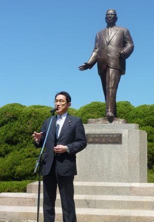 池田勇人元首相の銅像前であいさつする岸田外相=28日、広島市