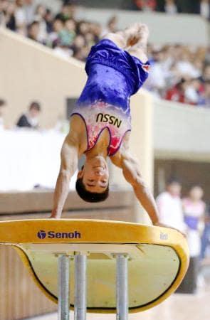 個人総合で優勝した白井健三の跳馬=秋田県立体育館