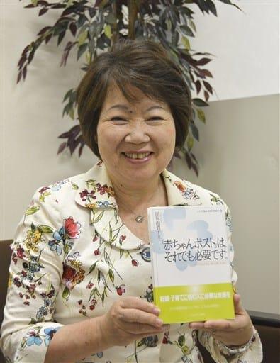 新刊「『赤ちゃんポスト』は、それでも必要です。」を持つ田尻由貴子さん=熊本市