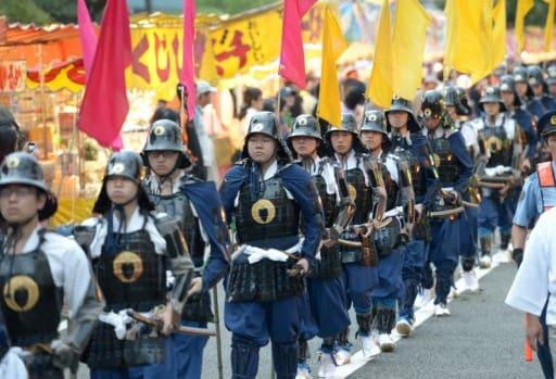 甲冑武者姿の随兵に扮する予備校生ら