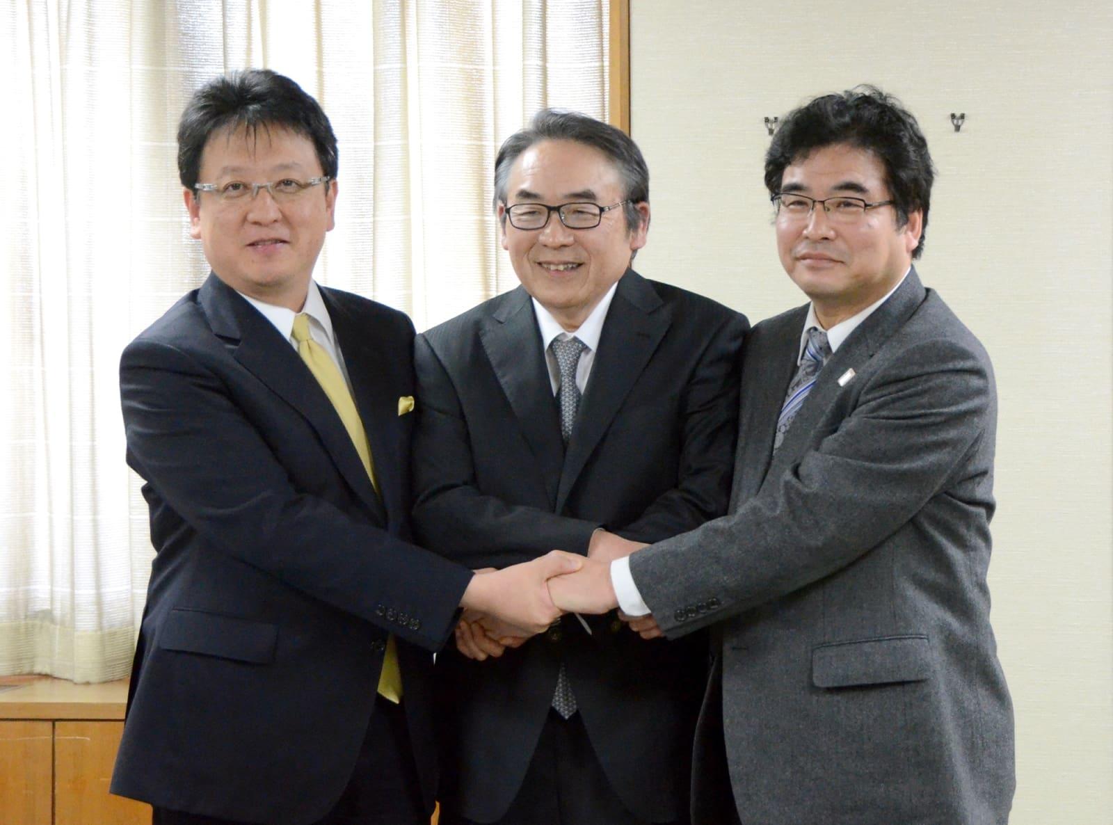 熊本市と立地協定を結んだヤマエ久野の網田日出人社長(中央)。左は大西一史市長、右は奥薗惣幸・県商工観光労働部長=8日、同市役所