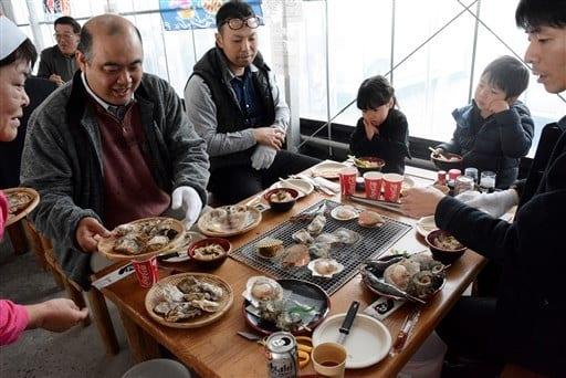 鏡町漁協が養殖した「鏡オイスター」を味わう人たち