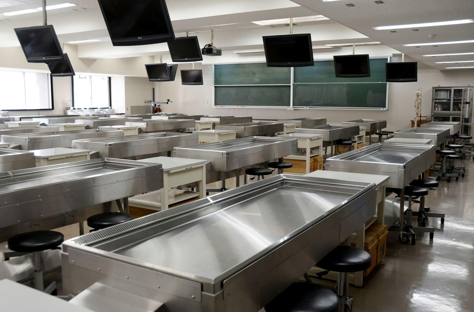 熊本大医学部の解剖学実習室