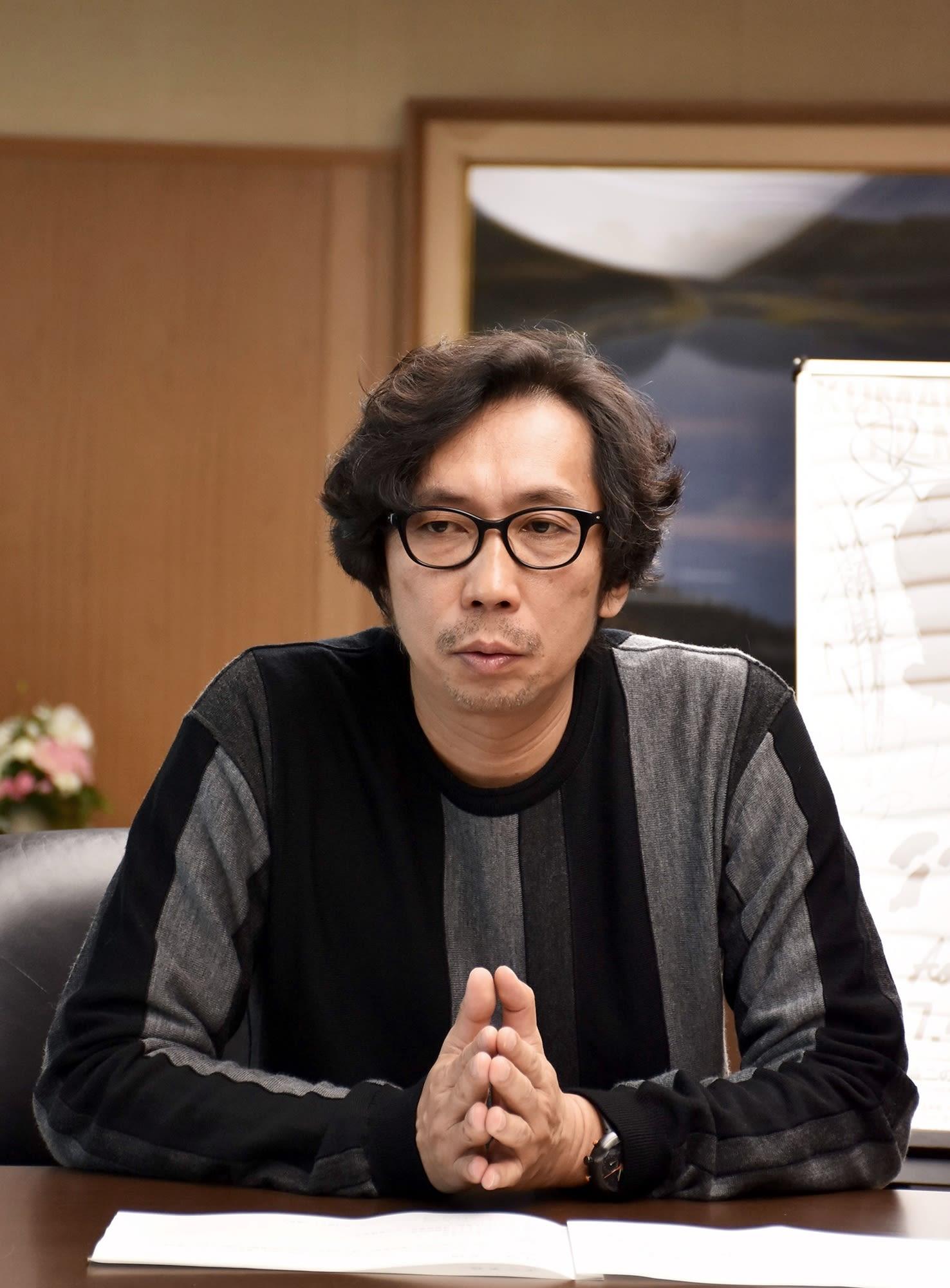 記者会見で映画「いっちょんすかん」の製作を発表する行定勲監督